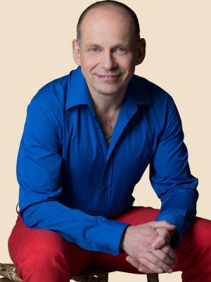 tom-oberbichler-auf-stuhl-beige