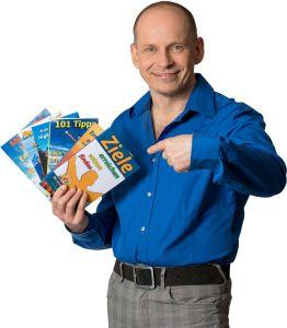 Mit dem eigenen Ratgeber im Selfpublishing zum Erfolg - Bestsellerautor und Buchmentor Tom Oberbichler mit einer Auswahl seiner Bücher