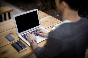 Buchschreiben am Laptop